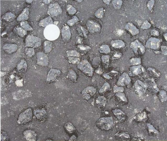 رویه آسفالت گرم کوب چیپ شده (Chipped)، سکه نشان دادهشده یک یورو به قطر 23 میلیمتر است