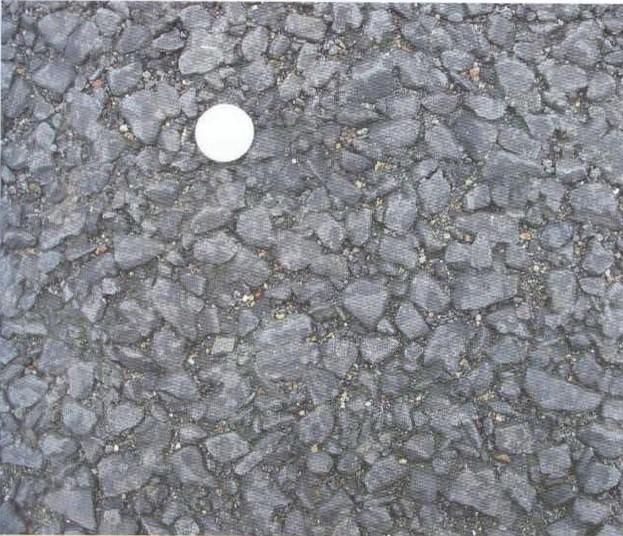 شکل 5: لایه رویه آسفالت متخلخل، سکه نشان دادهشده یک یورو به قطر 23 میلیمتر است